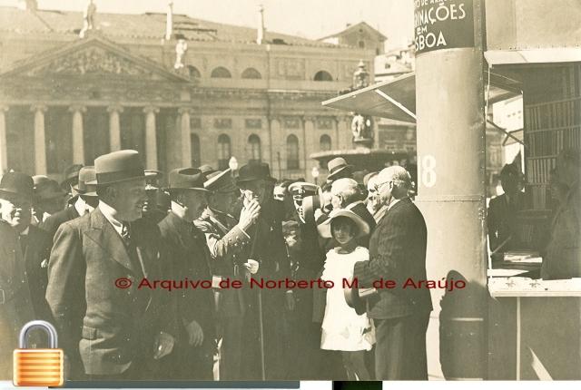 O Presidente da República Marechal Óscar Carmona junto ao stand da editora Parceria António Maria Pereira (Maio de 1938)