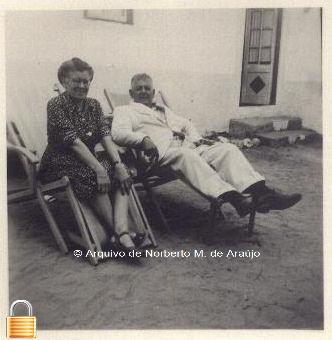 Na Quinta do Outerio da Bela-Vista, Caparica, com sua mulher D. Lucrécia de La Cruz Mendéz