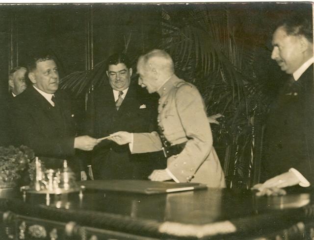 O marechal Óscar Carmona entrega o Prémio Júlio de Castilho a Norberto de Aarújo